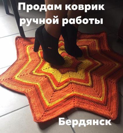 Вязанный коврик для интерьера