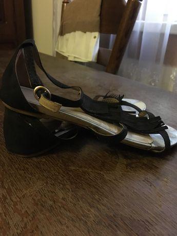 Взуття і одяг для жінок