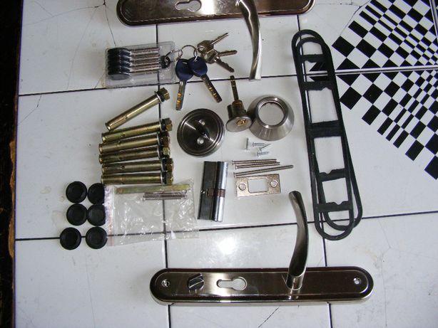 sprzedam kompletny nieużywany zestaw do drzwi metalowych zewnętrznych