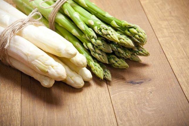 Szparagi sprzedaż detaliczna białych i zielonych