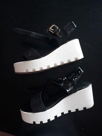 Sandálias pretas e brancas