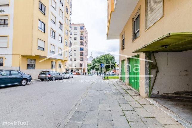 Garagem Av.Santa Maria (Agualva) com Portão para a Rua