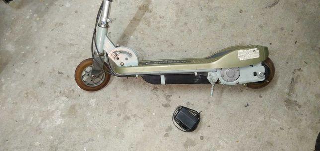 Escooter - elektryczna hulajnoga, składana, manetka prędkości, hamulec