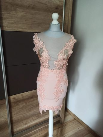 Śliczna zdobiona sukienka