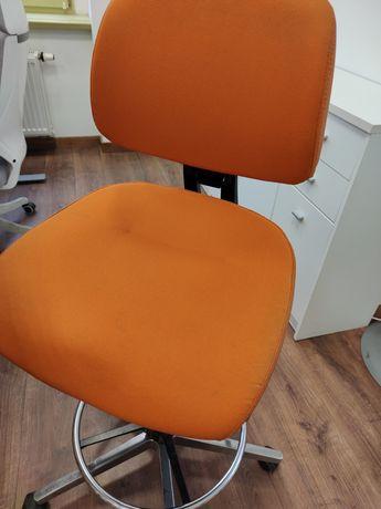 Ergonomiczne krzesło do biurka regulowanego [podnoszonego]