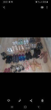 Paka damskich butów.