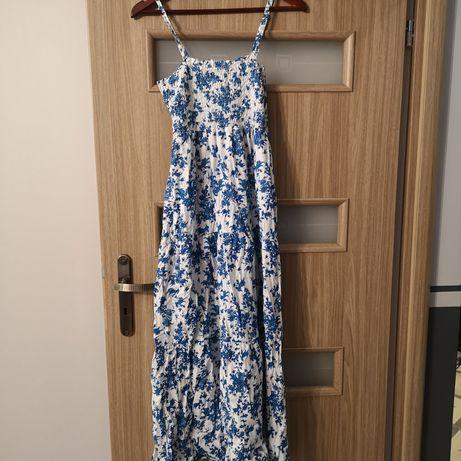 Długa sukienka w kwiaty.