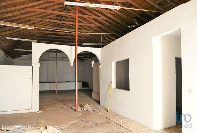 Prédio - 220 m² - T0
