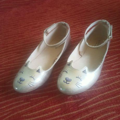Золотые туфельки с кошечками для принцессы.