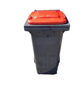 Używane uszkodzone pojemniki na odpady 120l grafit z czerwoną pokrywą