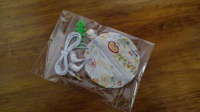 Bolsa para auriculares com Auriculares e Enrolador de fio.