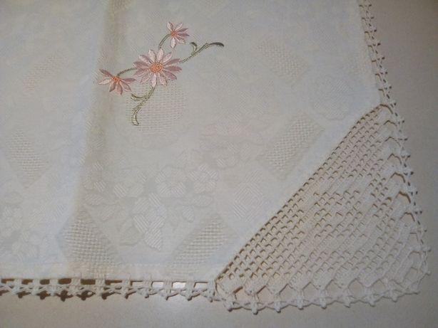 Toalha quadrada bordada com renda