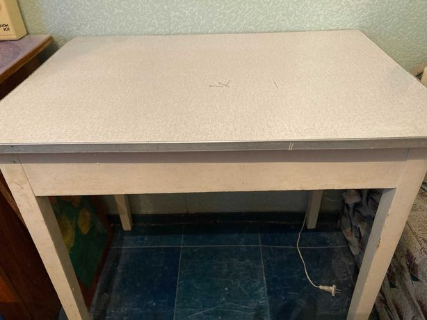 Стол для кухни в идеальном состоянии.