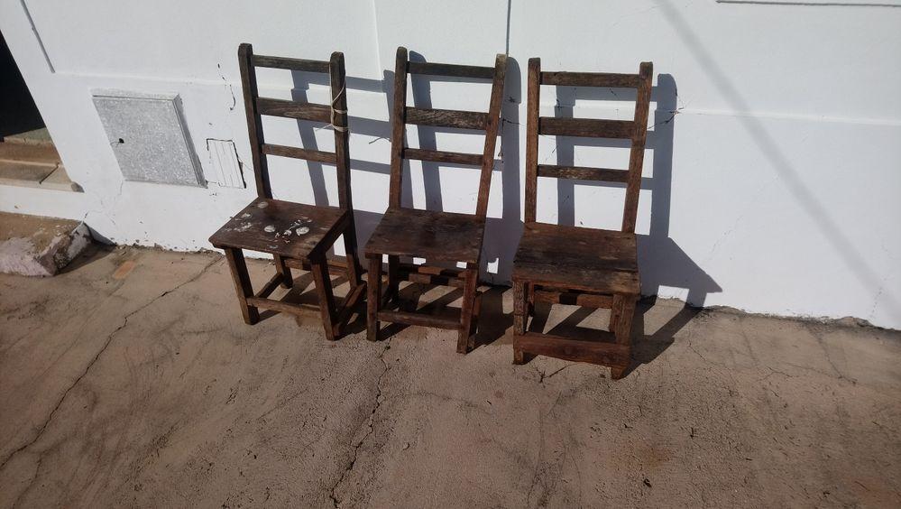 Cadeiras antigas em madeira