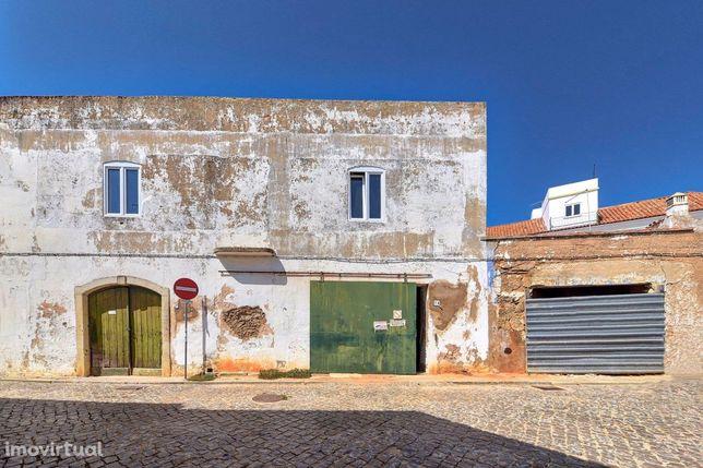 Dois edifícios com enorme potencial, no centro de Lagoa, Algarve.