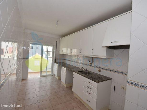 venda Apartamento T2 em Lagoa perto de serviços e escolas.
