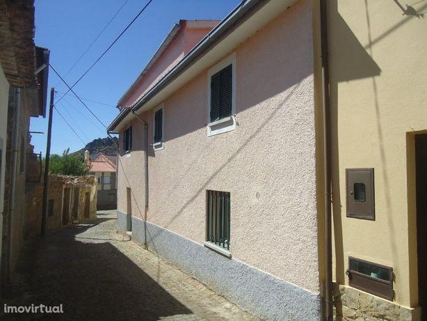 Moradia de 3 pisos com duas frentes, 2 acessos e garagem