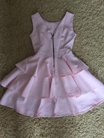 Różowa sukienka z falbanami