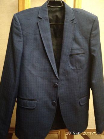 Продам школьный пиджак синего цвета в клетку.
