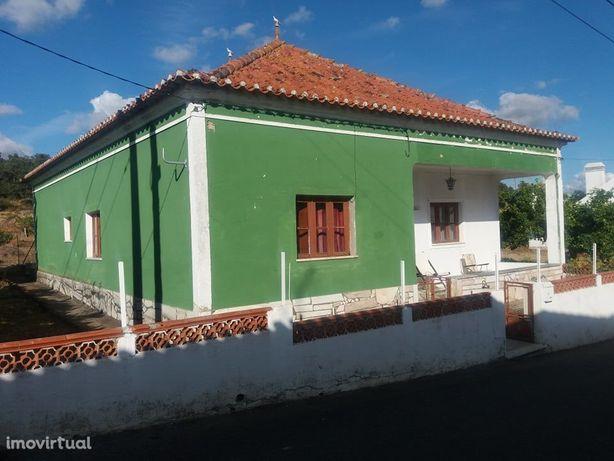 Moradia Familiar T 4 inserida num lote de 1597m2 em Aldeia Alentejana