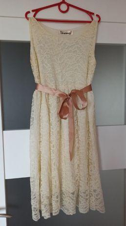 Kremowa koronkowa sukieneczka