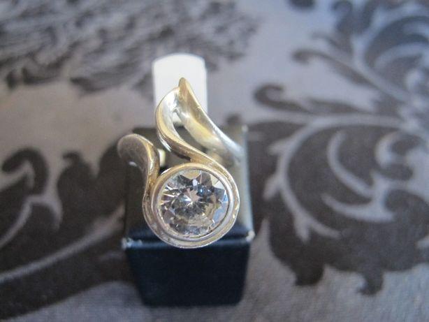 Anel em prata muito trabalhada com grande zircão. De designer.