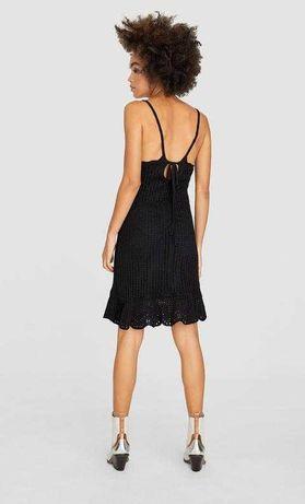 Vestido preto em crochet Stradivarius - alças; pelos joelhos