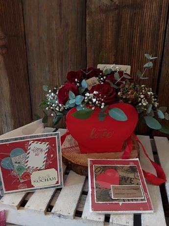 Kartka na Walentynki z sercem i kraftowym tłem