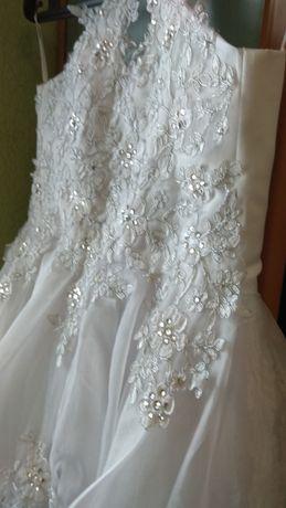 Нарядное белое платье для выпускного