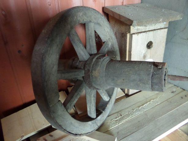 Drewniane koło od starej taczki Zabytek