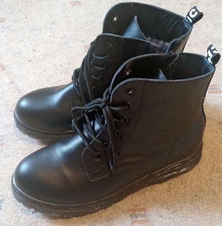Ботинки на мальчика кожаные.