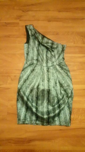 Sukienka o modnym wężowym wzorze