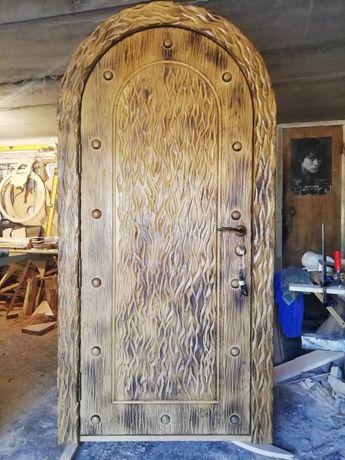Дверь дубовая арочная резная