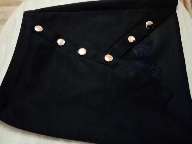 Spódnica czarna z wstawką koronki