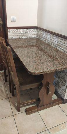 Mesa de cozinha em em pedra de granito e oferta de duas cadeiras