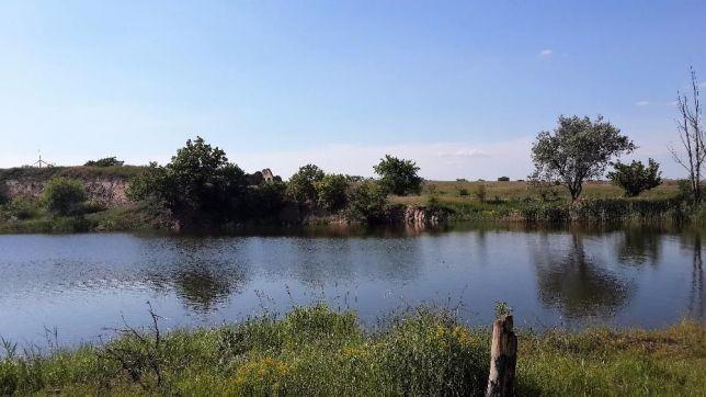 Участок с озером