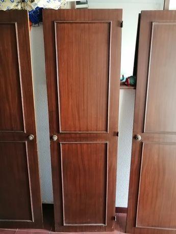 Quatro portas de roupeiro. Dois conjuntos.