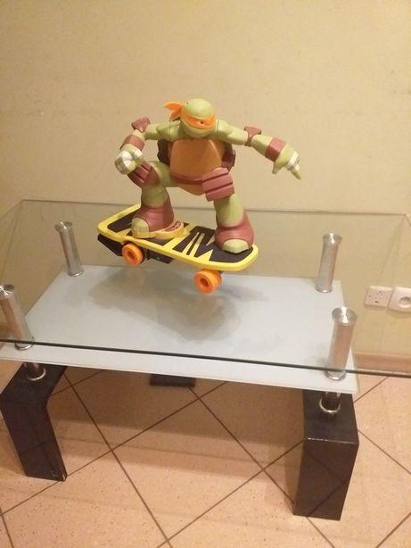 Żółw ninja na deskorolce.