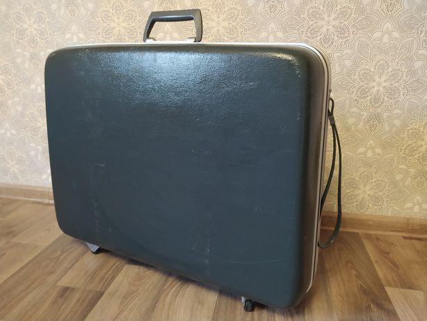 Продам чемодан из пластика Golden man на колесах