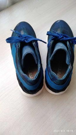 Кросівки - натуральна шкіра.