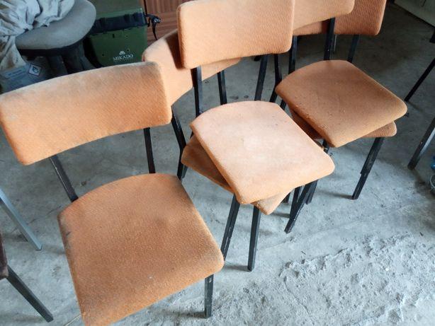 Krzesła  na metalowej podstawie