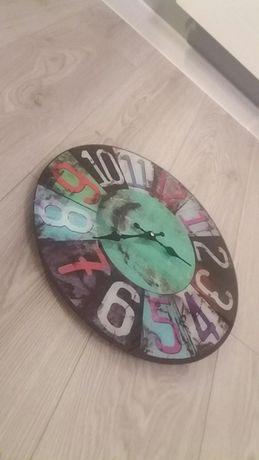 Stylowy zegar ścienny z połyskiem