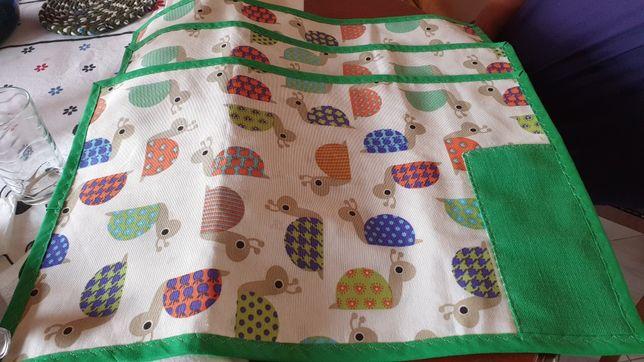 Toalhetes de Mesa em tecido e feitos à mão.