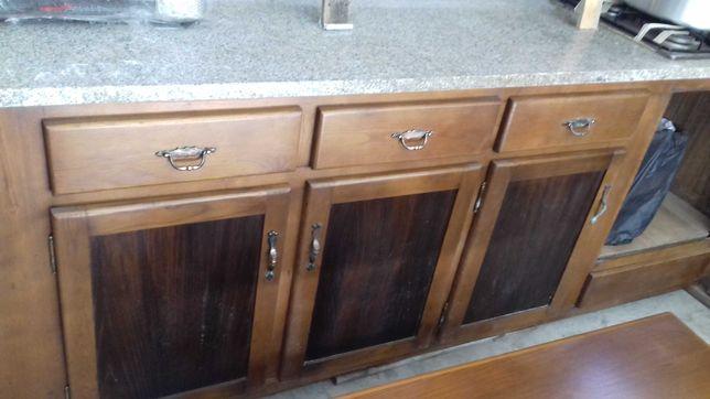 Balcão de cozinha em madeira mociça