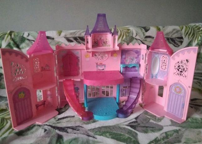 Zamek domek dla lalek Barbie gra i świeci z lalkami Barbie piosenkarka