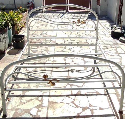 duas camas de ferro de casal