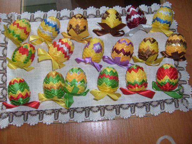Sprzedam jajka zdobione wstążkami.