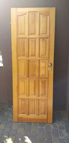 Drzwi sosnowe z zamkiem i klamką używane