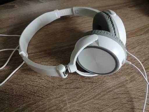 Białe słuchawki nauszne