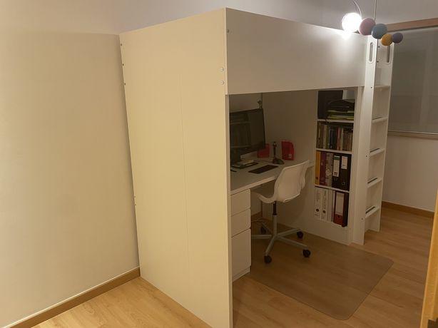 Casa com secretária Ikea